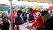 图文-F1摩托艇世锦赛法国站菲利普忙着签名