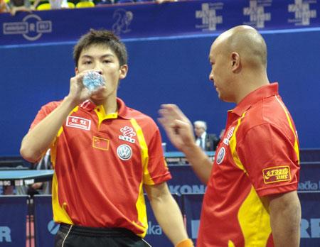 图文-世乒赛男单陈�^4比0晋级次轮教练现场指导