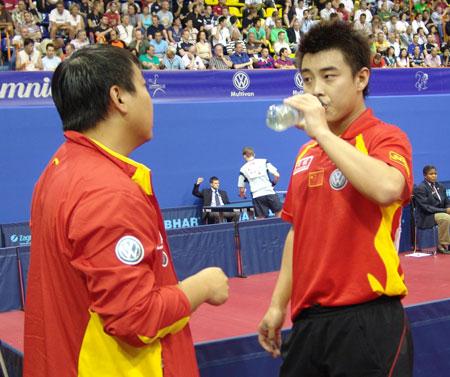 图文-世乒赛男单王皓4比0晋级次轮刘国梁面授机宜
