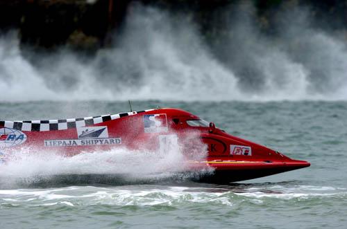 图文-F1摩托艇世锦赛法国站红龙一条杀出来