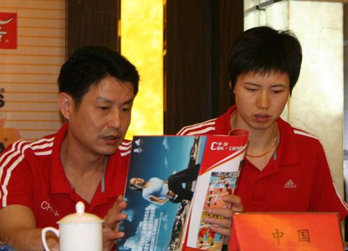 图文-女排四国赛赛前新闻发布会师徒二人研究对手