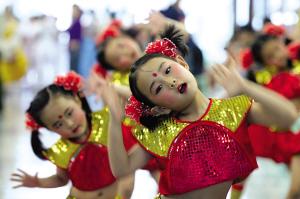 图文-京剧舞演绎欢快童趣京娃红兜兜亮相迎奥运
