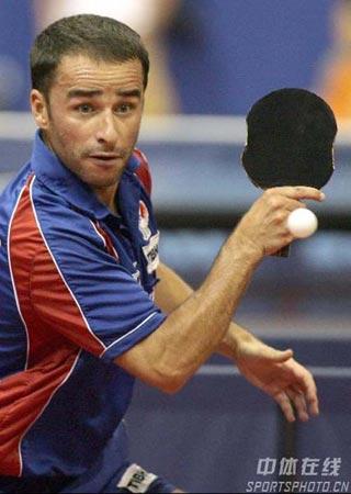 图文-世乒赛男单王皓轻松取胜晋级形状怪异的球拍