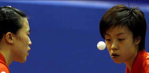 图文-张怡宁/王楠闯过女双第二轮小球左右二人目光
