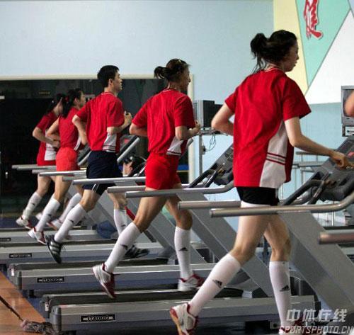 图文-中国女排身体训练备战四国赛跑步训练体力