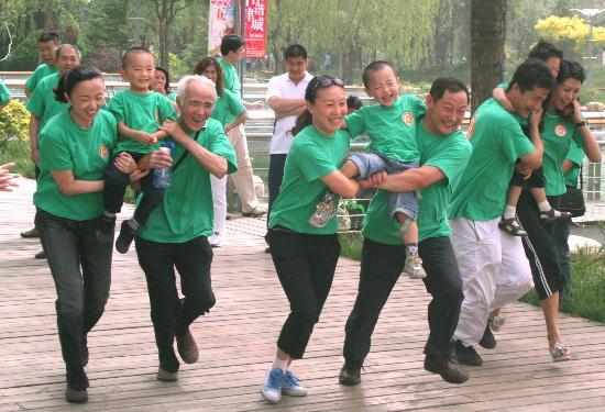 图文-趣味运动会市民乐开怀家长携爱子体验运动魅力