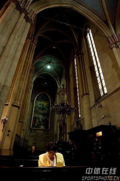 图文-世乒赛举办地萨格勒布掠影教堂中虔诚祷告