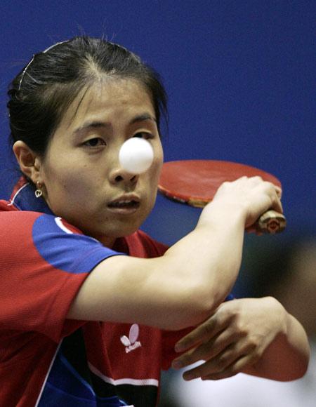 图文-世乒赛女单1/8决赛金景娥反手发球威力大