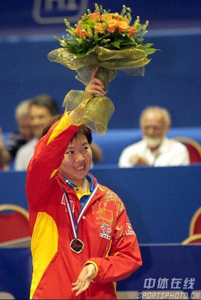 图文-世乒赛女单决赛结束李晓霞获亚军向观众致意