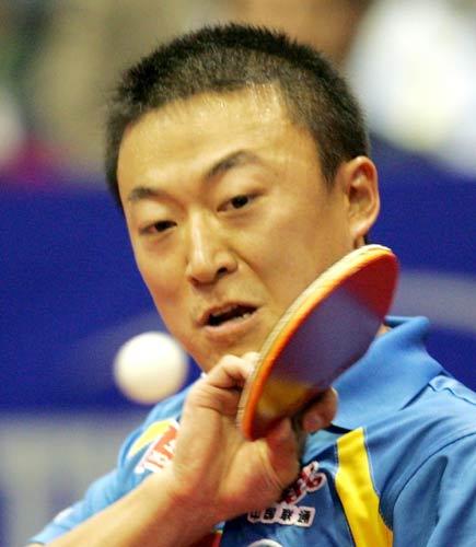图文-世乒赛王励勤夺得男单冠军轻巧回球颇显功力