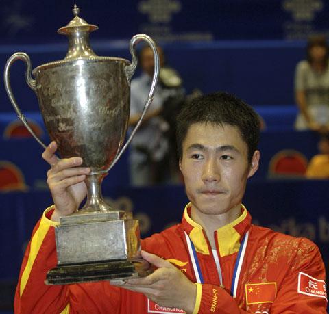 图文-世乒赛王励勤夺得男单冠军高举圣-勃德莱杯