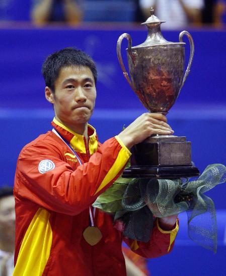 图文-世乒赛王励勤夺得男单冠军捧起圣-勃莱德杯