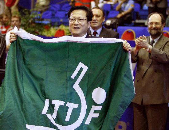 图文-世乒赛闭幕广州接旗广州代表接过乒联会旗