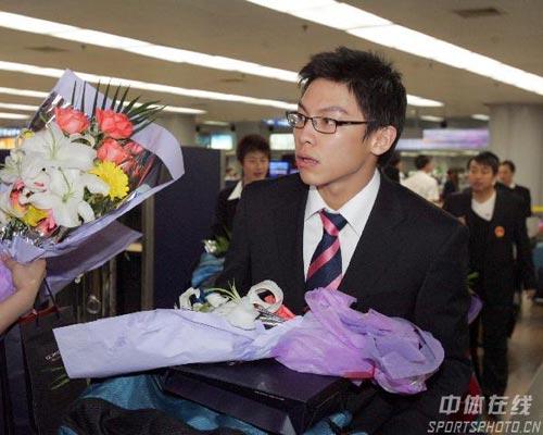 图文-中国乒乓球队携五冠载誉回京陈�^文质彬彬
