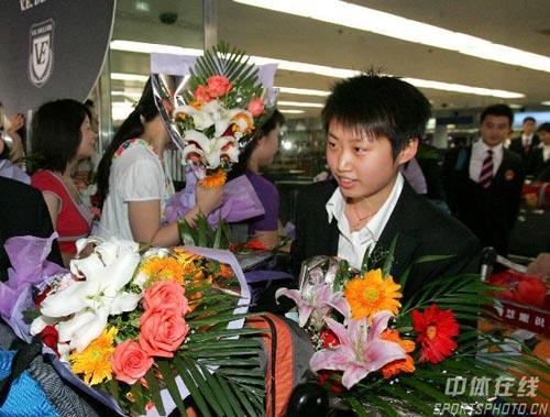 图文-中国乒乓球队携五冠载誉回京郭跃被鲜花包围