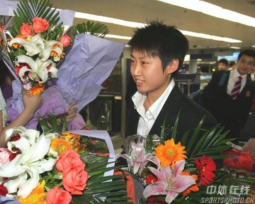 图文-中国乒乓球队携五冠载誉回京郭跃人比花娇