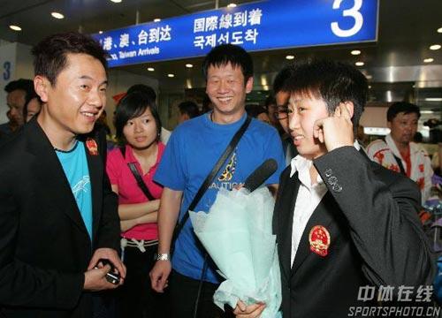 图文-中国乒乓球队携五冠载誉回京郭跃伤脑筋了