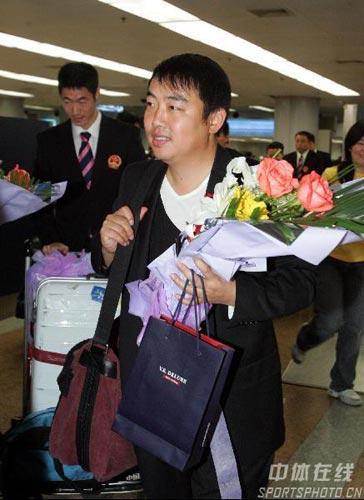 图文-中国乒乓球队携五冠载誉回京国梁略显发福