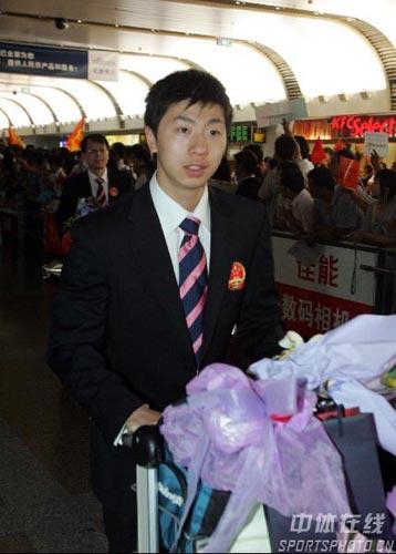 图文-中国乒乓球队携五冠载誉回京马龙稚气未脱