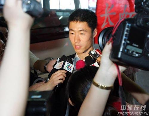 图文-中国乒乓球队携五冠载誉回京媒体围攻王励勤
