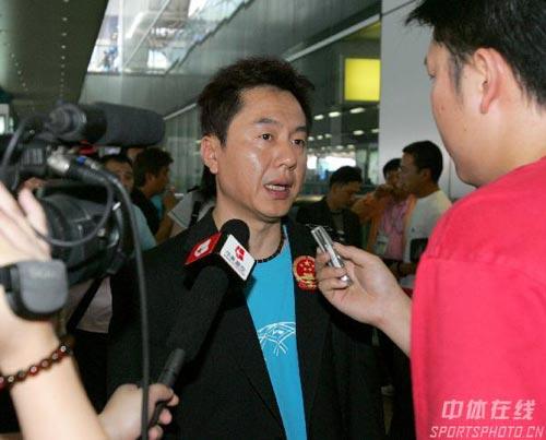 图文-中国乒乓球队携五冠载誉回京施之皓若有所思