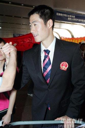 图文-中国乒乓球队携五冠载誉回京谁和大力掰手腕