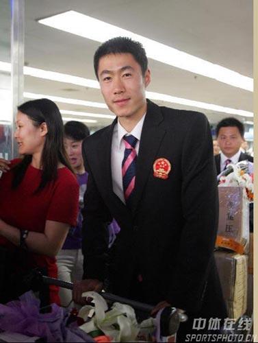 图文-中国乒乓球队携五冠载誉回京王励勤摆个pose
