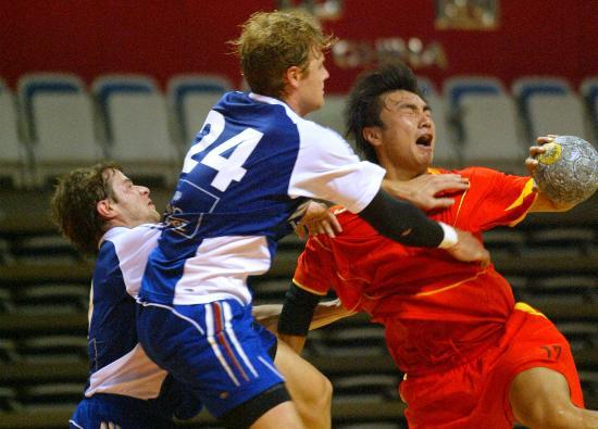 图文-男子手球精英赛中国负法国丛海航奋不顾身