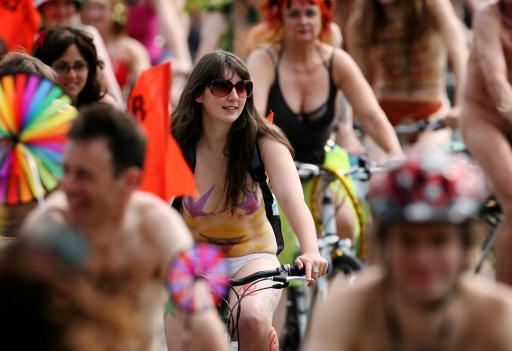 图文-世界裸体自行车比赛 美女为环保面带笑容