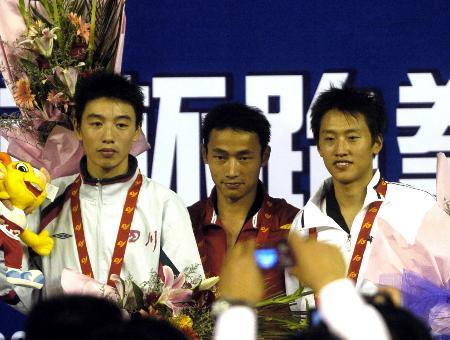 图文-跆拳道北京选手刘华胜夺冠三位选手登上领奖台