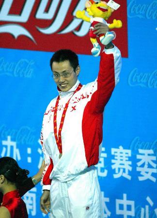 图文-十运会游泳14日战况王猛健登上领奖台