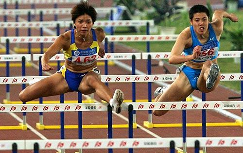 图文-十运田径100米栏比赛苏懿萍跨栏技巧娴熟