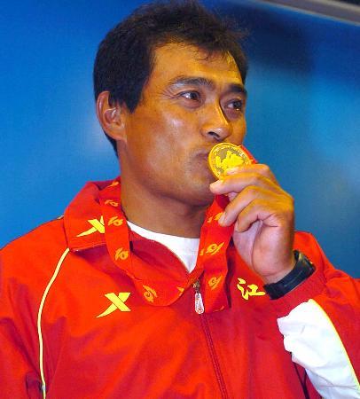 图文-十运帆船全部金牌产生刘波赛后亲吻奖牌