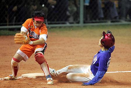 图文-十运会垒球决赛四川队员上垒成功