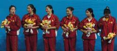 图文-福建蝉联女子蹦床团体冠军江苏女队领奖台上