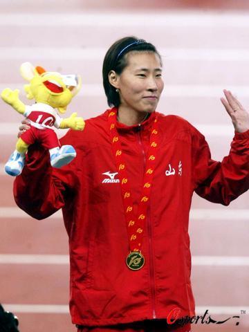 图文-十运会女子400米栏黄潇潇挥手致意