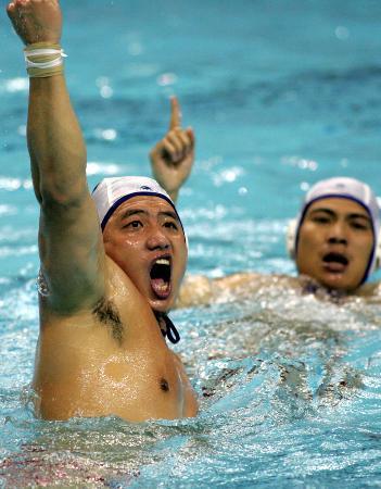 图文-湖南胜广东男子水球进决赛湖南队欢庆胜利