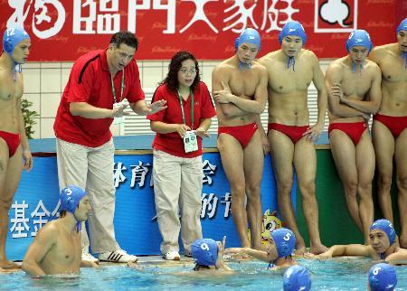 图文-湖南胜广东男子水球进决赛努尔朗布置战术