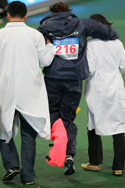 图文-十运会10月21日田径赛况三级跳选手伤势不轻