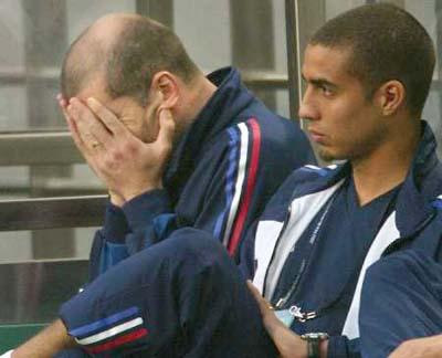 图文-2002世界杯开幕 齐达内因伤缺席掩面哭