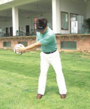 2.下肢保持稳定,上肢向身后旋转。