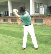 3.肩膀向后转动90度,右手心向上托住球。