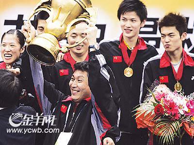 21场比赛全胜中国队第五次捧起苏迪曼杯(图)