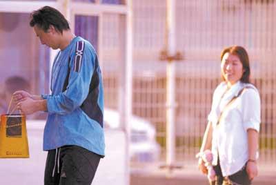 长波训练安琦表现积极场内接受女球迷厚礼(图)