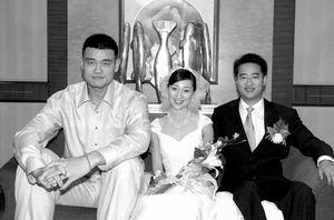 姚明在上海参加好友婚礼第一次当伴郎不自在(图)
