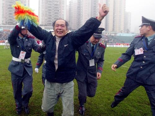 冲进场内欢呼久违胜利重庆一球迷收到首张球迷罚单