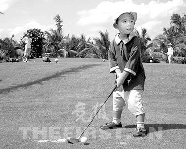 3岁的小男孩9洞打65杆陈顾新:叼着奶嘴打高尔夫
