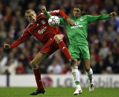 比赛中与海法马卡比队球员争抢.当日,在欧洲足球冠军联赛预