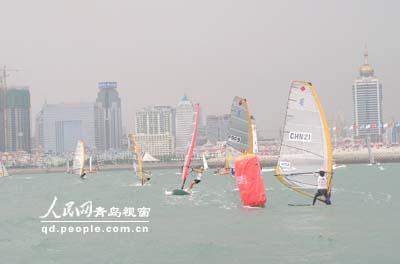 图文-2006青岛国际帆船赛决赛女子帆板比赛进行中