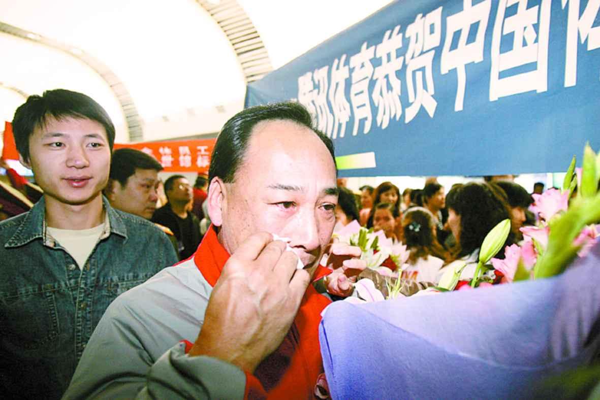 中国体操队载誉而归亲人相聚泪水横飞(组图)
